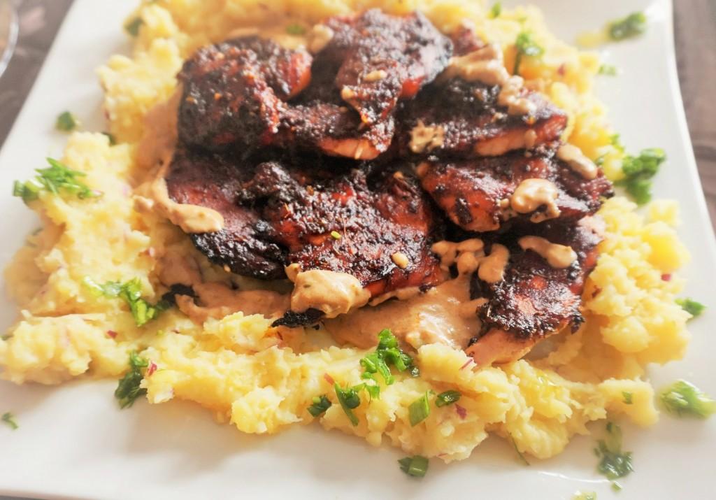 Глазирано пилешко филе, върху картофено пюре