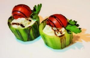 Чашки от краставица с млечен мус, чери домат и балсамико