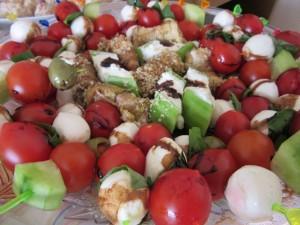 Зеленчукови шишчета с краставица, чери домат и зелена маслинка